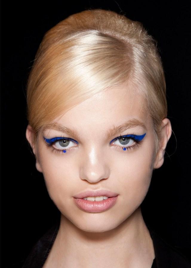 Интересный макияж глаз 2017 - синие стрелки и точки под глазами