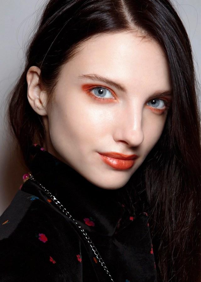 Макияж 2017 в стиле Matchy-Matchy, когда глаза и губы накрашены одним цветом