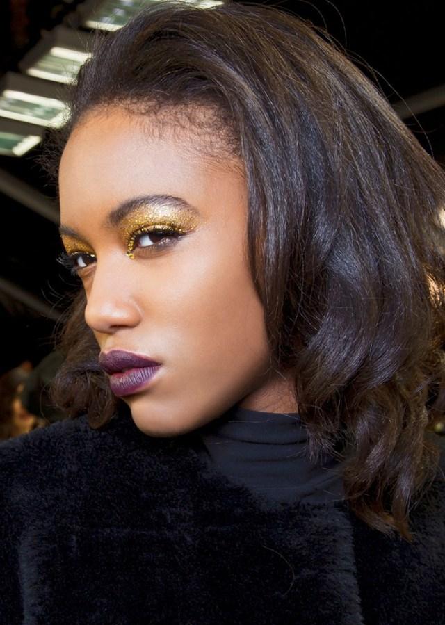 Желтые блестящие тени для глаз в модном макияже 2017 с фиолетовой помадой