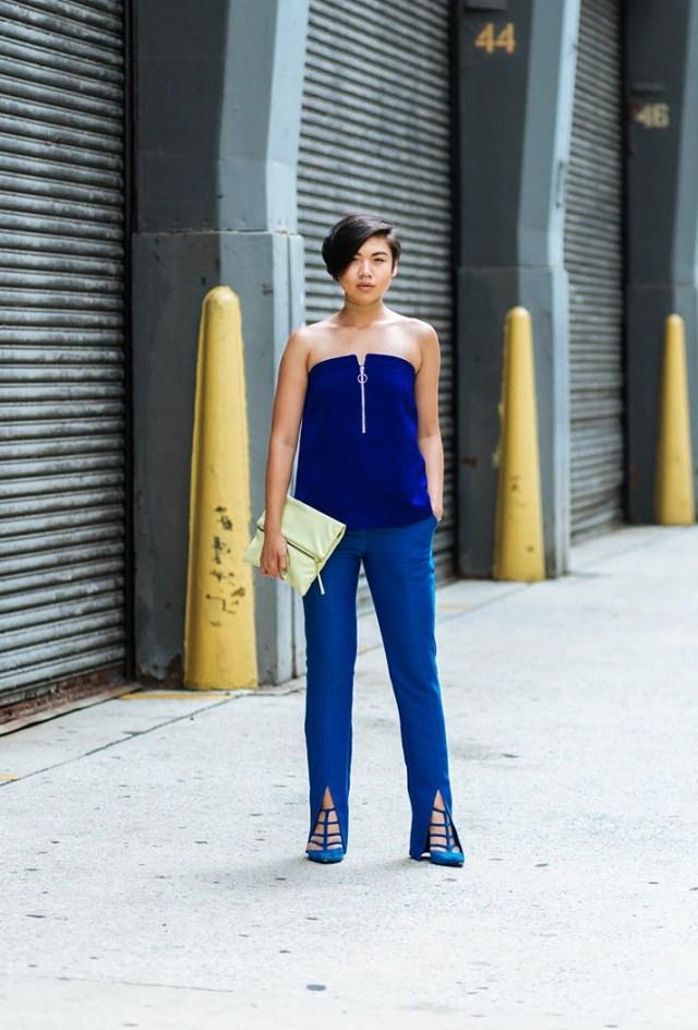 Синие брюки, обратите внимание на интересные модные разрезы внизу брюк