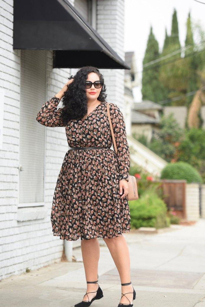 Модное укороченные платье с ярким принтом 2017 для полных с длинными рукавами и кожаным ремнем - фото обзор.