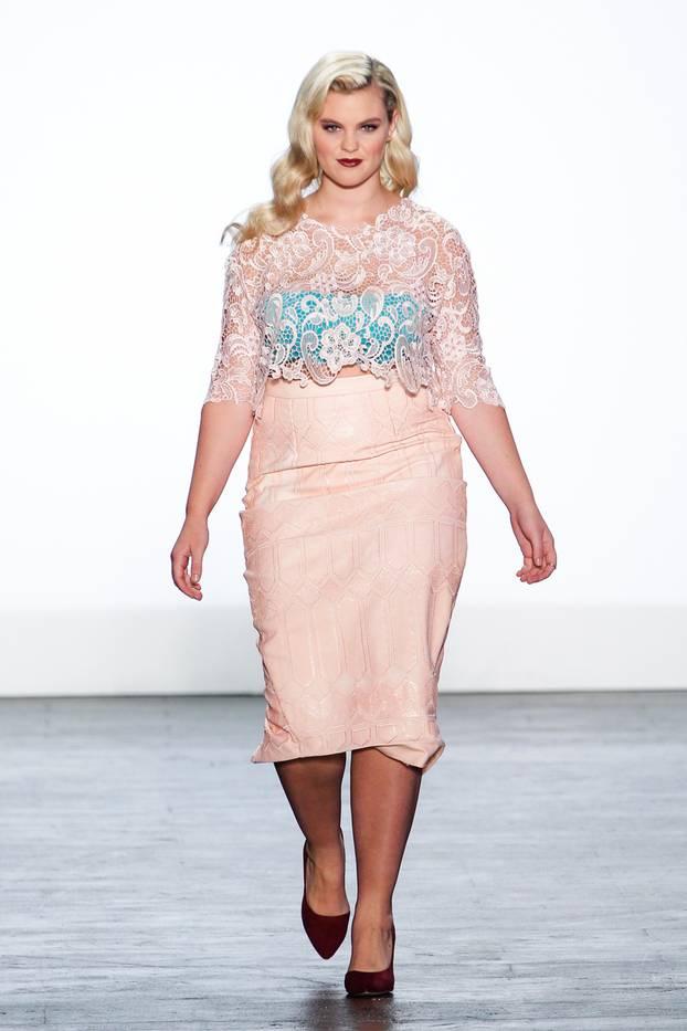 Юбки 2017 для полных: классические фасоны - юбка каркндаш нежно кремового цвета.