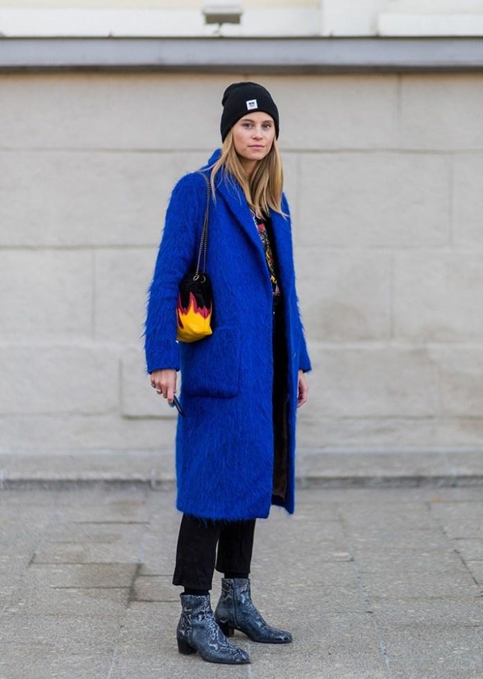Модные шапки 2017: черная вязаная шапка «бини» в соответствии с ярко синим пальто.