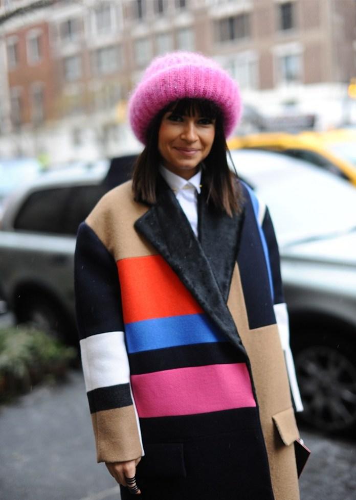 Модные шапки 2017: розовая вязаная шапка в соответствии с пальто оверсайз.