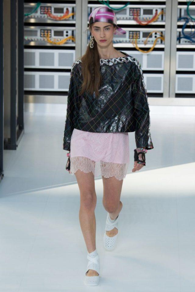 Кожаная куртка с прозрачная юбка, типа комбинации в новой коллекции Сhanel весна-лето 2017