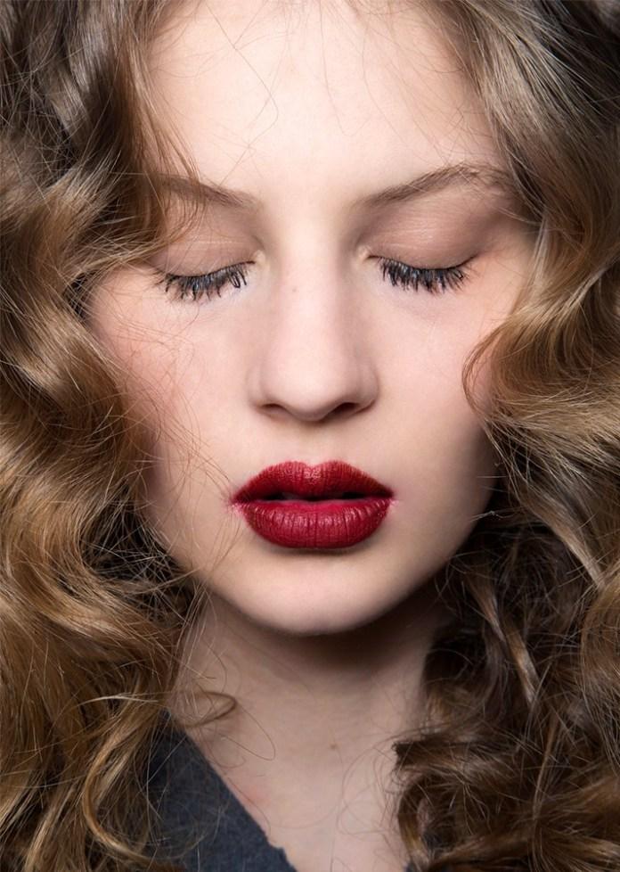 Модный макияж для светлой кожи с бордовой помадой