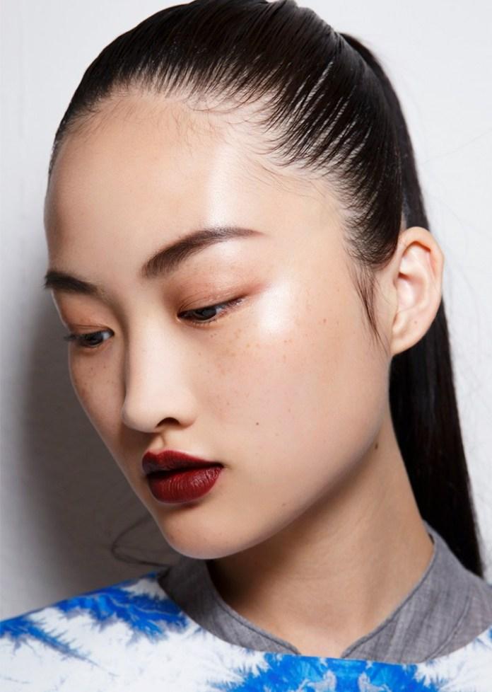 Розовые тени и бордовая помада - тренды модного макияжа