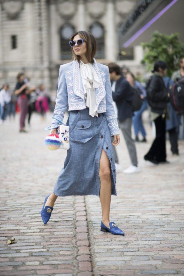 Голубого цвета длинная юбка с голубой курткой.