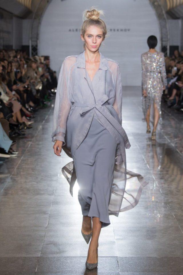 Элегантное серого цвета платье с такого же цвета плащем из прозрачной ткани коллекции Александра Терехова весна-лето 2017.