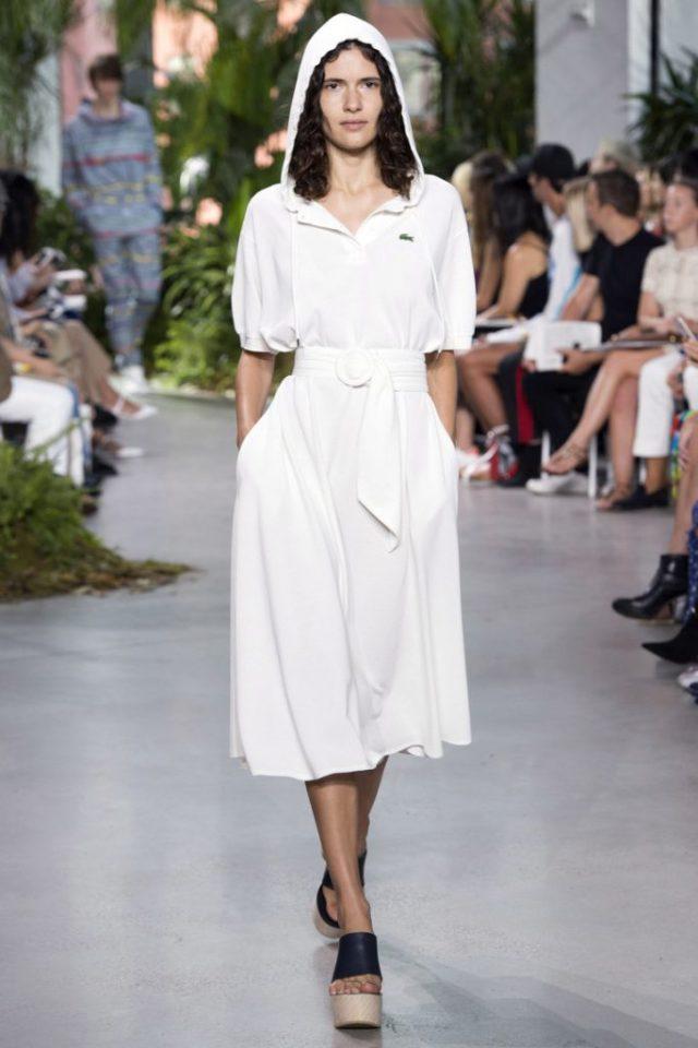 Белое простое платье с капюшоном в новой коллекции Lacoste весна-лето 2017