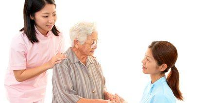 笑顔の看護師と高齢者