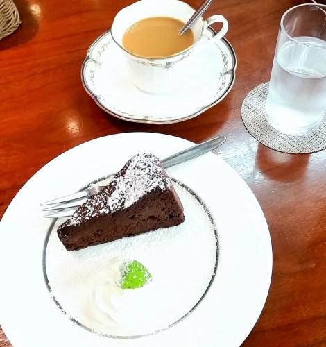 地元駅周辺にある隠れ家的なカフェで注文したチョコレートケーキとコーヒー