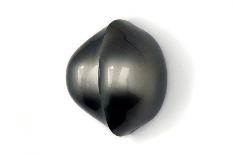 Hugo Mendes - Siamesas, 2015 - Fibra de vidro, tinta poliéster metálica e verniz nitroceluse - 48,5 x 42 x 25 cm.