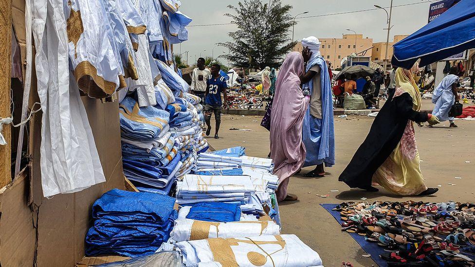 De nombreux objets bleus sont en vente sur le marché central de Nouakchott (Crédit : Juan Martinez)