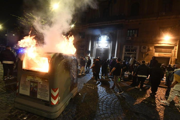 A melee in Italy late at night: Hundreds of demonstrators shoot fireworks, police strike back with smoke bombs