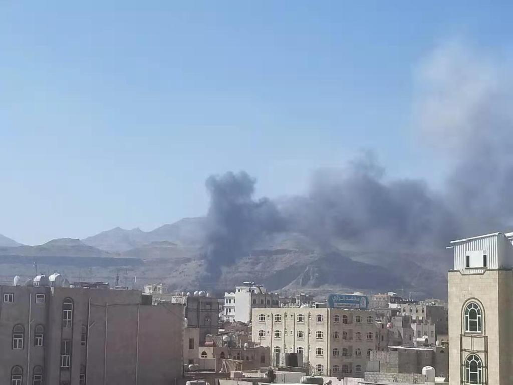 Saudi coalition forces launched a new round of air strikes on the Yemeni capital Sana'a.