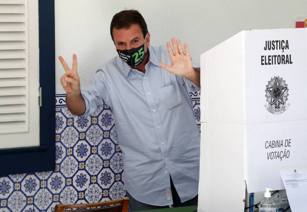 Brazil holds the second round of municipal elections, voters wear masks to enter polling stations