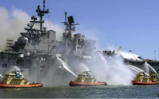 """The U.S. Navy announced the scrapping of the quasi-aircraft carrier """"Goodman Richard"""": It burned for nearly 5 days."""