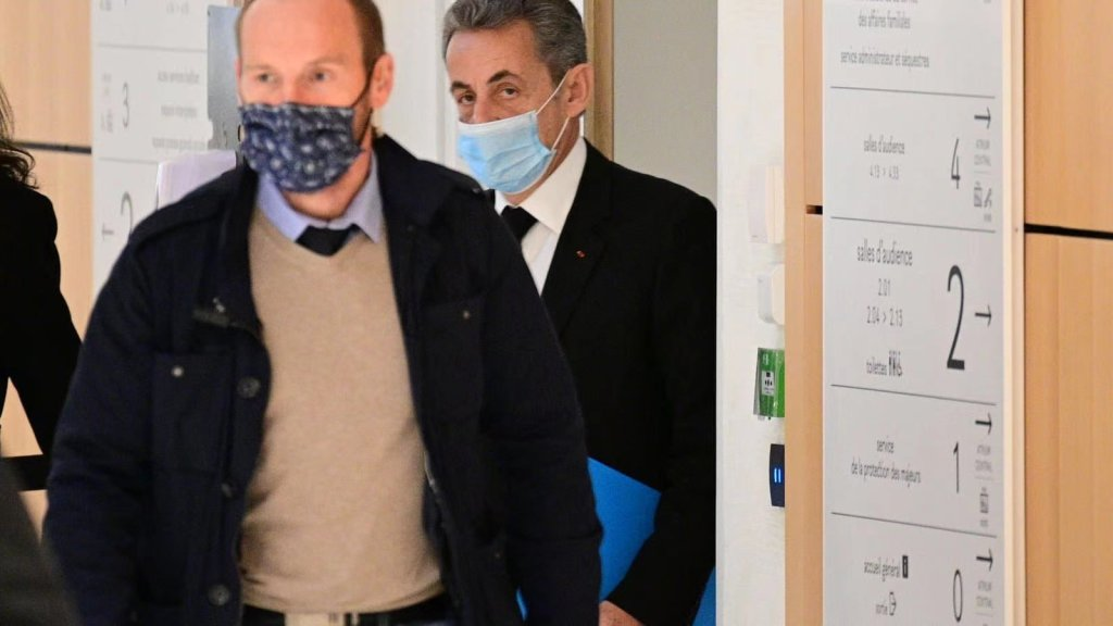 △The picture shows Sarkozy arriving at the trial site on the 7th, from the French media.