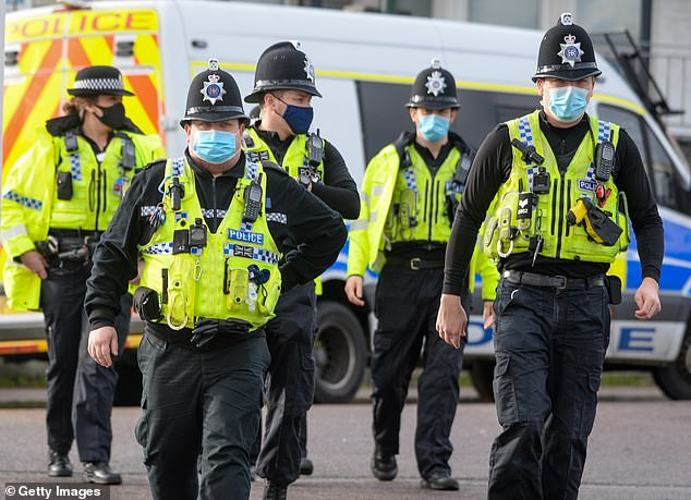 Nearly 100 British policemen wanted to jump the queue for vaccination and were persuaded to leave by the police on duty.