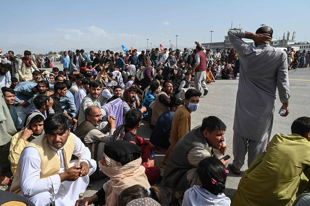 Airports in Afghanistan's capital remain overcrowded At least 40 people have been killed in airport chaos, the Taliban say