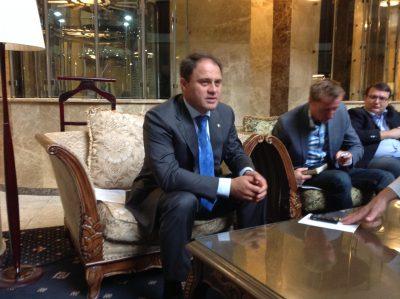 Kazakstanin varaulkoministeri Roman Vassilenko vastaamassa toimittajien kysymyksiin.