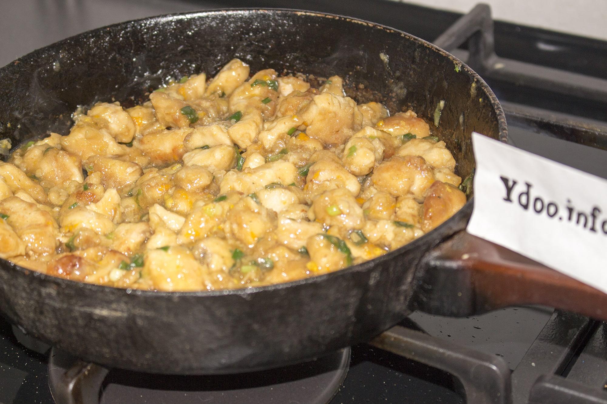 एक फ्राइंग पैन में भुना हुआ चिकन के टुकड़े, पॉलिश सॉस
