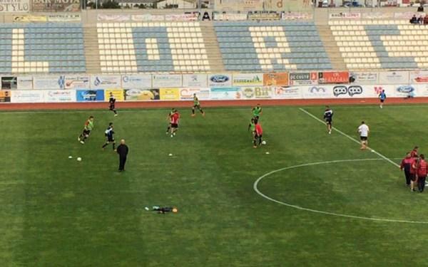 Ambos equipos haciendo ejercicios de calentamiento / D. Castillo