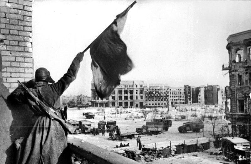 4-stalingradda-sovyet-bayragi-sallayan-rus-askeri