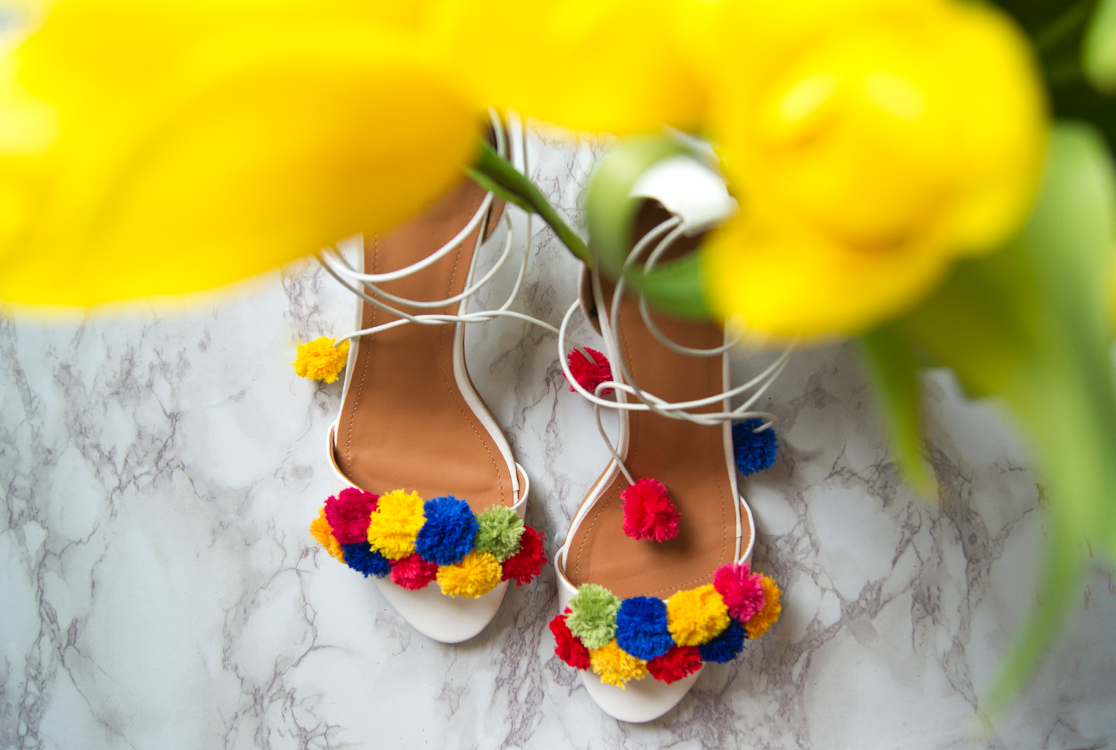 https://i2.wp.com/yellowgirl.at/wp-content/uploads/2016/04/yellowgirl_DIY_PomPom_heels_4.jpg?fit=1116%2C750&ssl=1