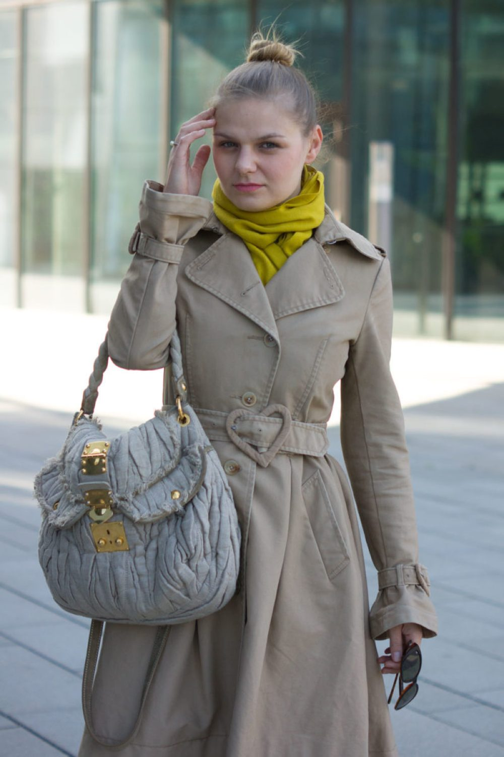 yellowgirl_victorrolf-trenchcoat-miumiu-tasche-rauleder-overknees_4