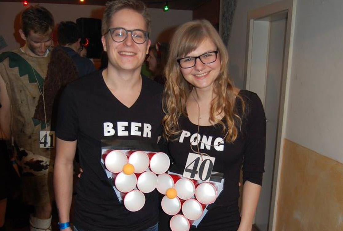https://i2.wp.com/yellowgirl.at/wp-content/uploads/2017/02/yellowgirl_DIY-Couple-Beer-Pong-Costume_10.jpg?fit=1116%2C750&ssl=1