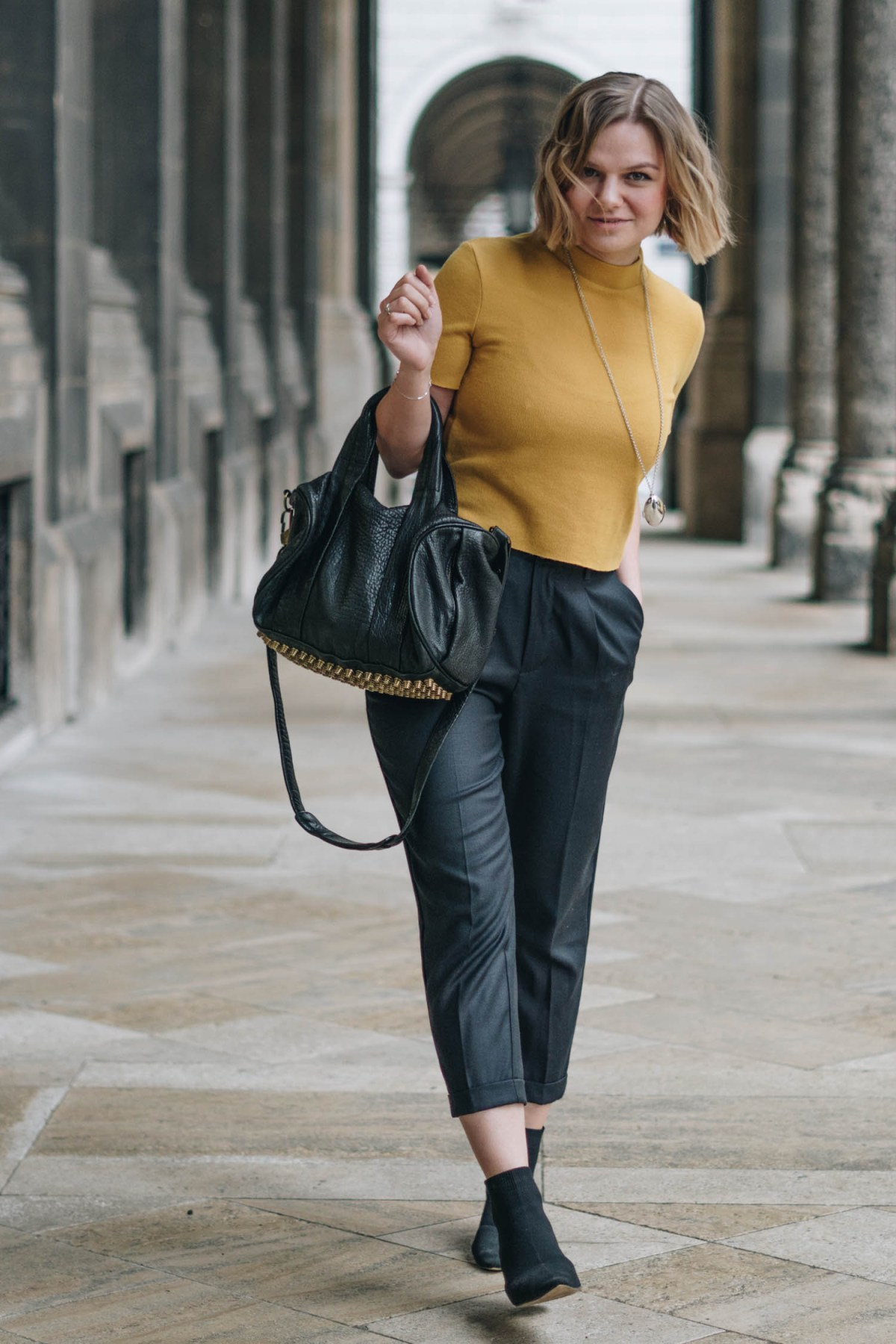 https://i2.wp.com/yellowgirl.at/wp-content/uploads/2018/02/yellowgirl_Valentinstagsoutfit-Stoffhose-gelbes-croptop-alexander-Wang-Rocco-Tasche-Cloe-Medalion-stradivarius-sockshoes-3-von-9.jpg?fit=1200%2C1800&ssl=1