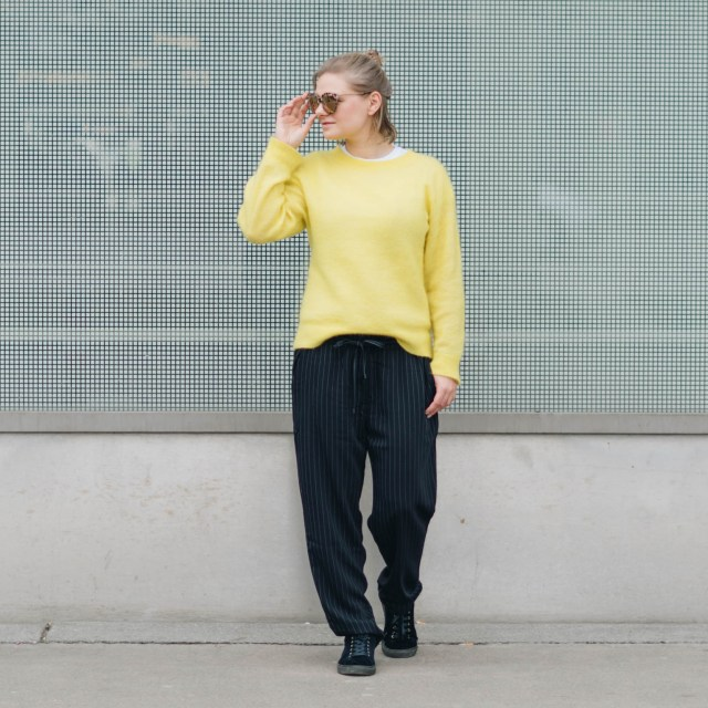 https://i2.wp.com/yellowgirl.at/wp-content/uploads/2018/03/yellowgirl-Stoffhosen-Outfit-Palazzohosegelber-PulloverSamt-SneakerNewLook-Sonnenbrille-9-von-12.jpg?resize=640%2C640&ssl=1