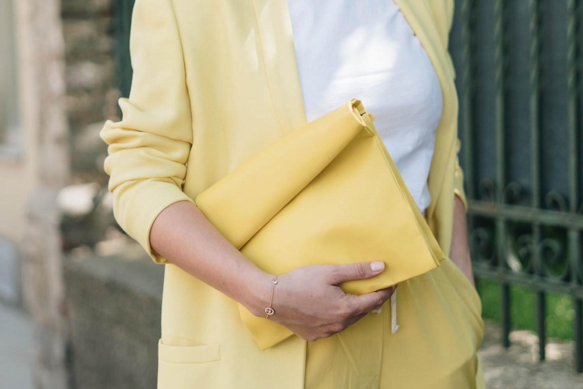 https://i2.wp.com/yellowgirl.at/wp-content/uploads/2018/04/yellowgirl_Stoffhosen-Outfit-in-gelber-Joggerpants-oversize-Blazer-und-Paperbag-in-Pastellgelb-und-bunten-PomPom-Heels-8-von-9.jpg?fit=1200%2C801&ssl=1