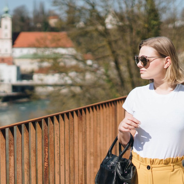 https://i2.wp.com/yellowgirl.at/wp-content/uploads/2018/04/yellowgirl_Stofhosen-Outfit-in-gelber-Paperbag-Pants-weißem-Shirt-gelben-Loafers-und-Marc-Jacobs-Crossbody-Bag-fashionblogger-6-von-11.jpg?resize=640%2C640&ssl=1