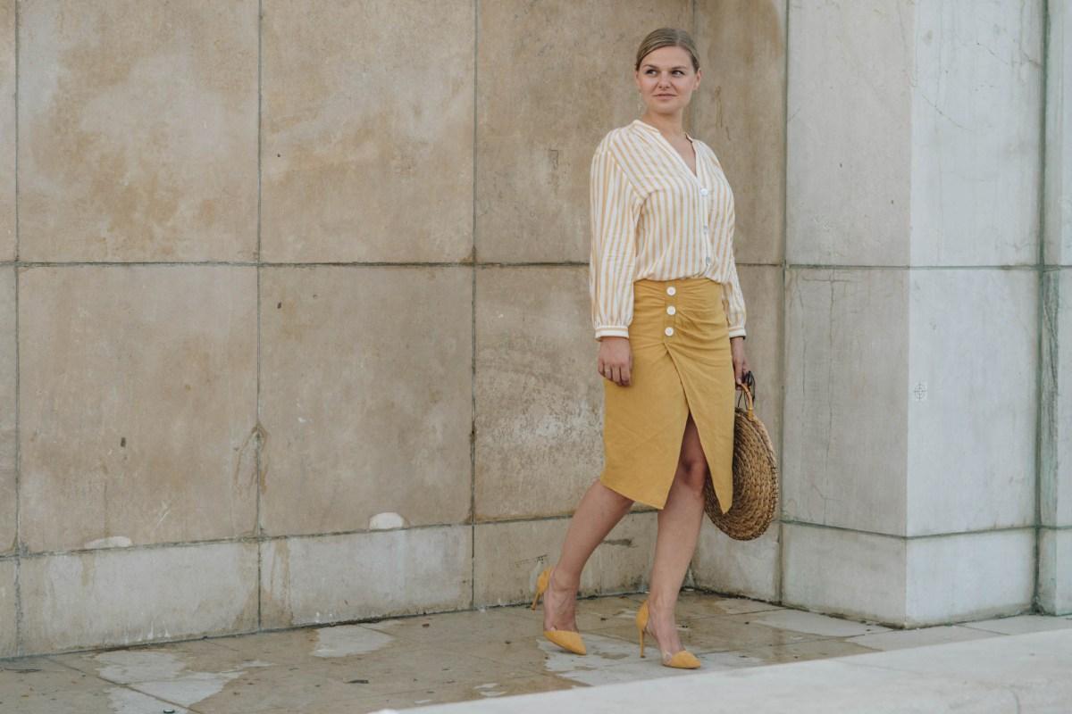 https://i2.wp.com/yellowgirl.at/wp-content/uploads/2018/08/yellowgirl_DIY-Sommeroutfit-in-Leinenrock-und-Streifenbluse-von-Zara-runde-DIY-Strohtasche-JIl-Sander-Sonnenbrille-transparente-Pumps-von-Mango-Streetstyle-6-von-14.jpg?fit=1200%2C801&ssl=1
