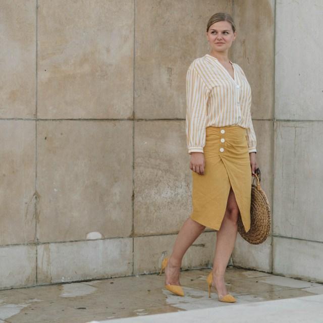 https://i2.wp.com/yellowgirl.at/wp-content/uploads/2018/08/yellowgirl_DIY-Sommeroutfit-in-Leinenrock-und-Streifenbluse-von-Zara-runde-DIY-Strohtasche-JIl-Sander-Sonnenbrille-transparente-Pumps-von-Mango-Streetstyle-6-von-14.jpg?resize=640%2C640&ssl=1