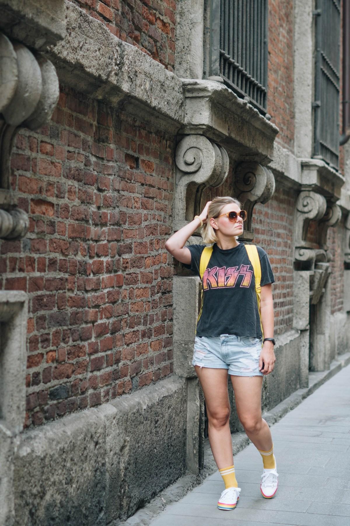 https://i2.wp.com/yellowgirl.at/wp-content/uploads/2018/08/yellowgirl_Sommeroutfit-in-Jeans-Shorts-Band-Shirt-Regenbogen-Sneakers-und-gelben-Sportsocken-3-von-11.jpg?fit=1200%2C1800&ssl=1