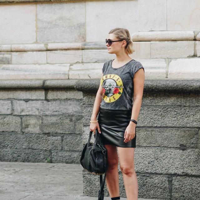 https://i2.wp.com/yellowgirl.at/wp-content/uploads/2018/09/yellowgirl_Bandshirt-Outfit-mit-mini-Lederrock-Cut-out-boots-gestreiften-Socken-Alexander-Wang-Tasche-und-runder-Sonnenbrille-2-von-9.jpg?resize=640%2C640&ssl=1