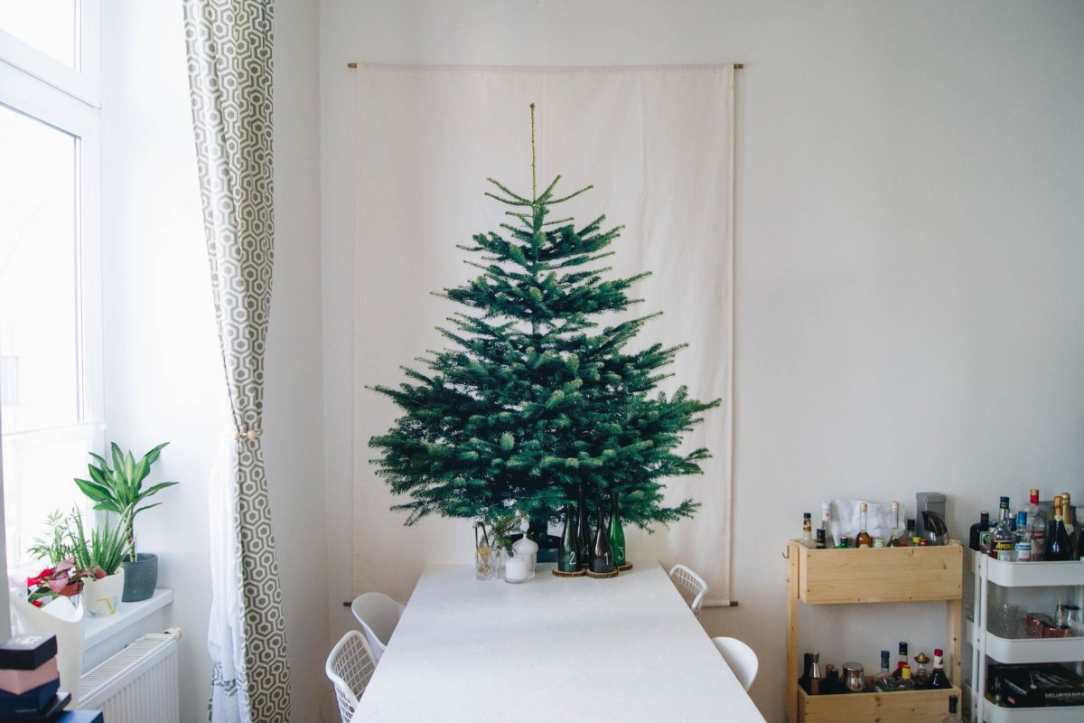 https://i2.wp.com/yellowgirl.at/wp-content/uploads/2018/11/yellowgirl_DIY-Wand-Weihnachtsbaum-aus-Stoff-Ikea-Hack-10-von-15.jpg?fit=1200%2C801&ssl=1
