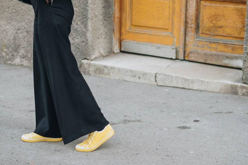 yellowgirl_#Herbstoutfit in schwarzer Schlaghose, gelbem Lochshirt von only, Lederjacke und Chanel Tasche (6 von 7)