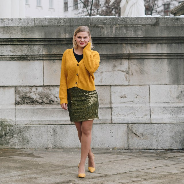 https://i2.wp.com/yellowgirl.at/wp-content/uploads/2018/12/yellowgirl_Weihnachtsoutfit-in-Pailletten-Rock-gelbem-Cardigan-und-gelben-Pumps-3-von-7.jpg?resize=640%2C640&ssl=1