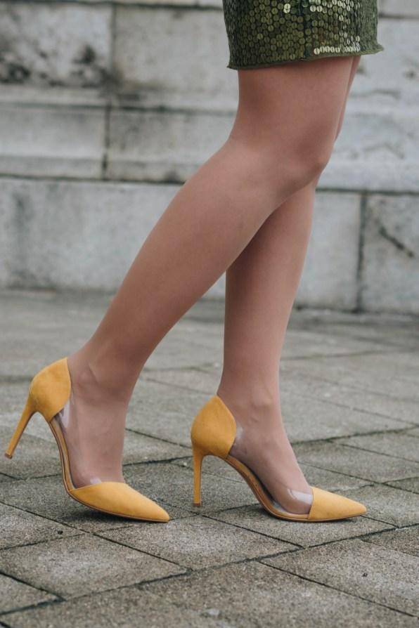 yellowgirl_#Weihnachtsoutfit in Pailletten Rock, gelbem Cardigan und gelben Pumps (7 von 7)