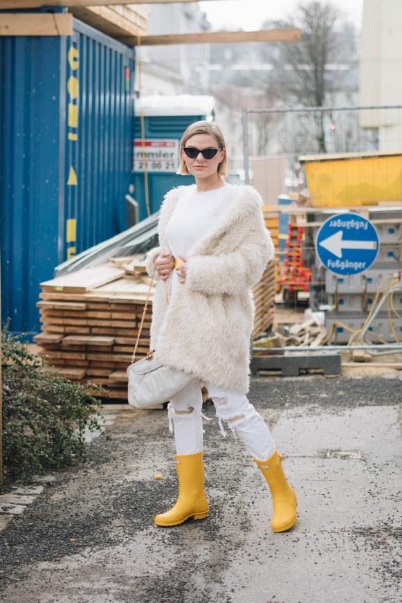 yellowgirl_#Valentinstagsoutfit in winter white Teddymantel, Pullover und ripped Jeans, Hunter Gummiestiefeln und Cat-Eye-Sonnenbrille (2 von 17)