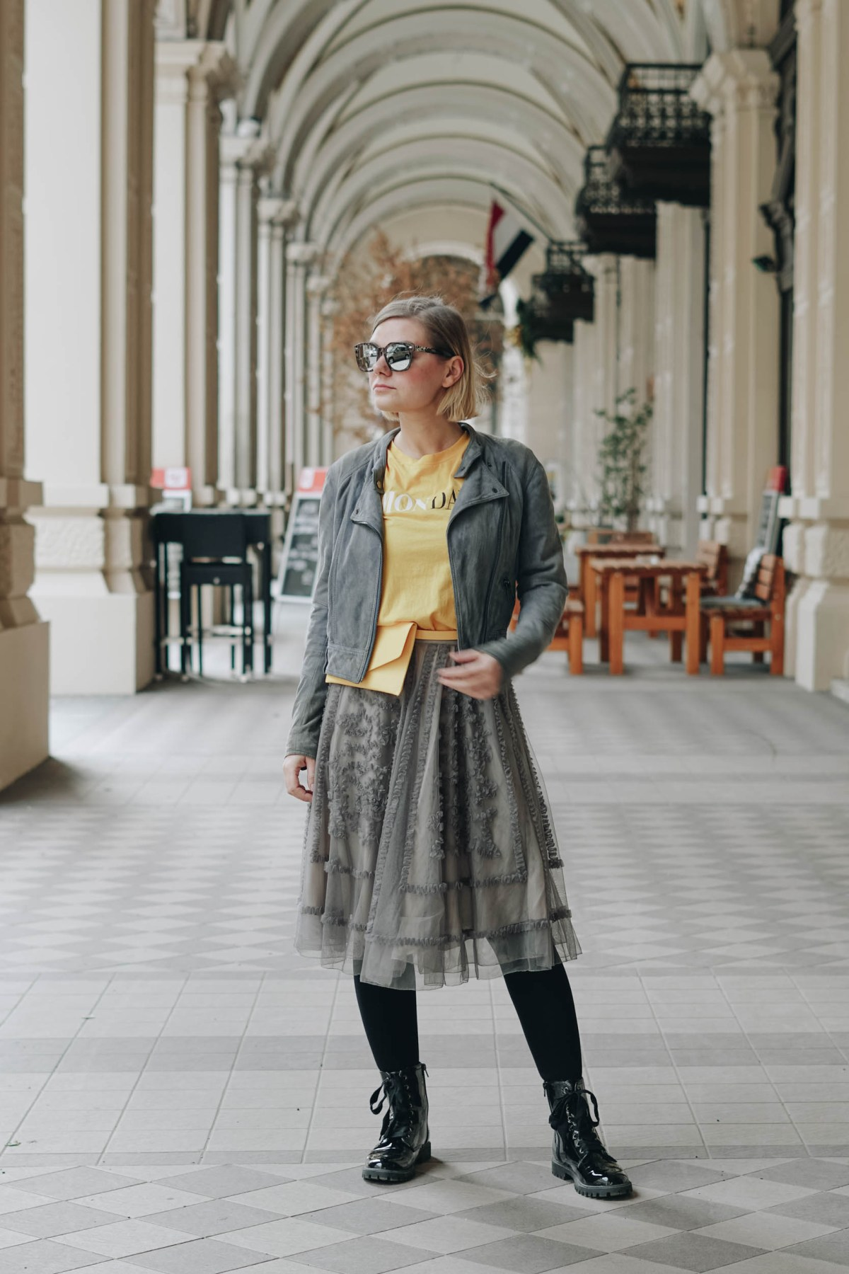 https://i2.wp.com/yellowgirl.at/wp-content/uploads/2019/02/yellowgirl_MontagsOutfit-in-Montag-Shirt-und-Bauchtasche-von-Only-Rüschen-Rock-und-Lackboots-1-von-13.jpg?fit=1200%2C1800&ssl=1