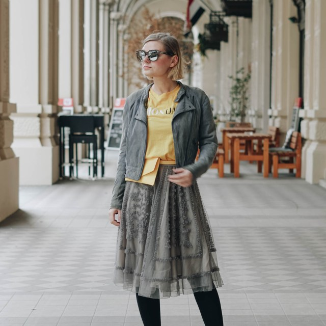 https://i2.wp.com/yellowgirl.at/wp-content/uploads/2019/02/yellowgirl_MontagsOutfit-in-Montag-Shirt-und-Bauchtasche-von-Only-Rüschen-Rock-und-Lackboots-1-von-13.jpg?resize=640%2C640&ssl=1