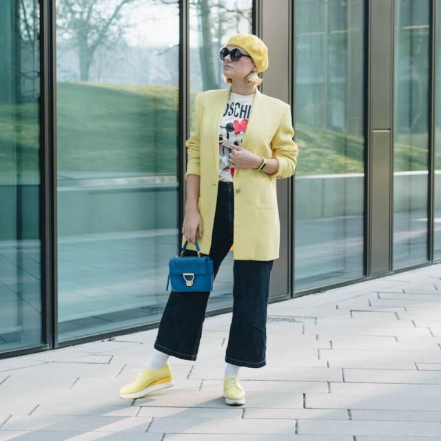 https://i2.wp.com/yellowgirl.at/wp-content/uploads/2019/03/yellowgirl_LemonVerbena-Outfit-in-oversize-Blazer-HMxMoschino-Shirt-Platform-Sneakers-Jeans-Culotte-und-mit-Coccinelle-Arlettis-Tasche-4-von-10.jpg?resize=640%2C640&ssl=1