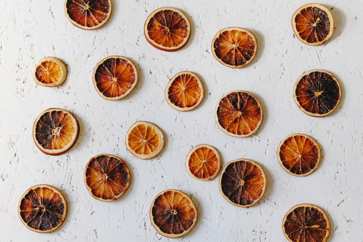 https://i2.wp.com/yellowgirl.at/wp-content/uploads/2019/09/yellowgirl-Herbstdeko-DIY-getrocknete-Orangenscheiben-4-von-4.jpg?fit=1200%2C801&ssl=1
