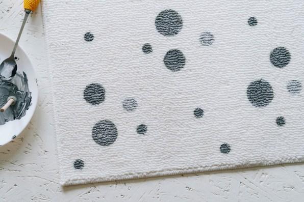 yellowgirl-WC neu gestalten- DIY Polka Dots Teppich (4 von 7)